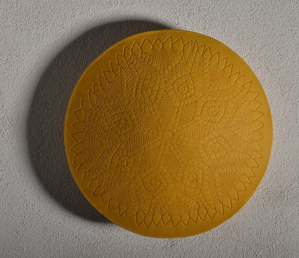Francesca Gagliardi, Bouclier cuir, 2015, pelle, diametro cm 33