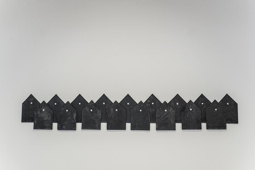 Gema Rupérez, Not Found, 2015, ardesia e chiodi con incisione, 16x10 cm cad