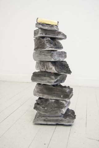 Marco Cordero, Ometto, 2016, gesso, carbone, foglia d'oro, 10 pezzi, dimensioni variabili