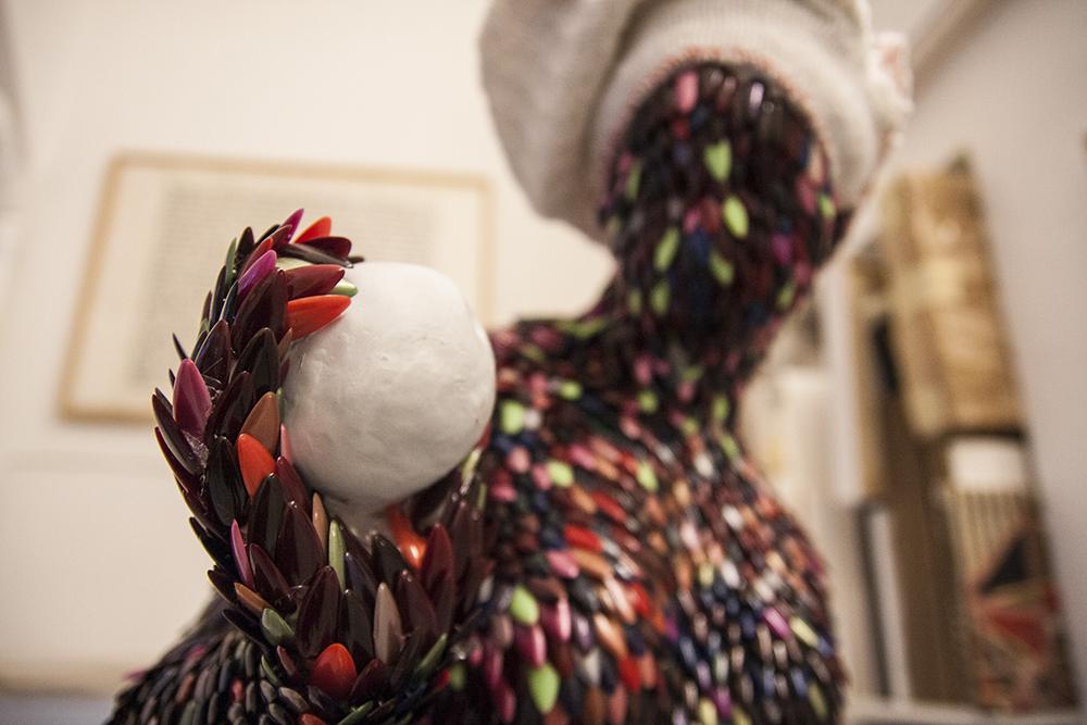 Enrica Borghi, Venere con mela (dettaglio), 2013, unghie di plastica, plastica, strofinaccio, cm 120x30x30
