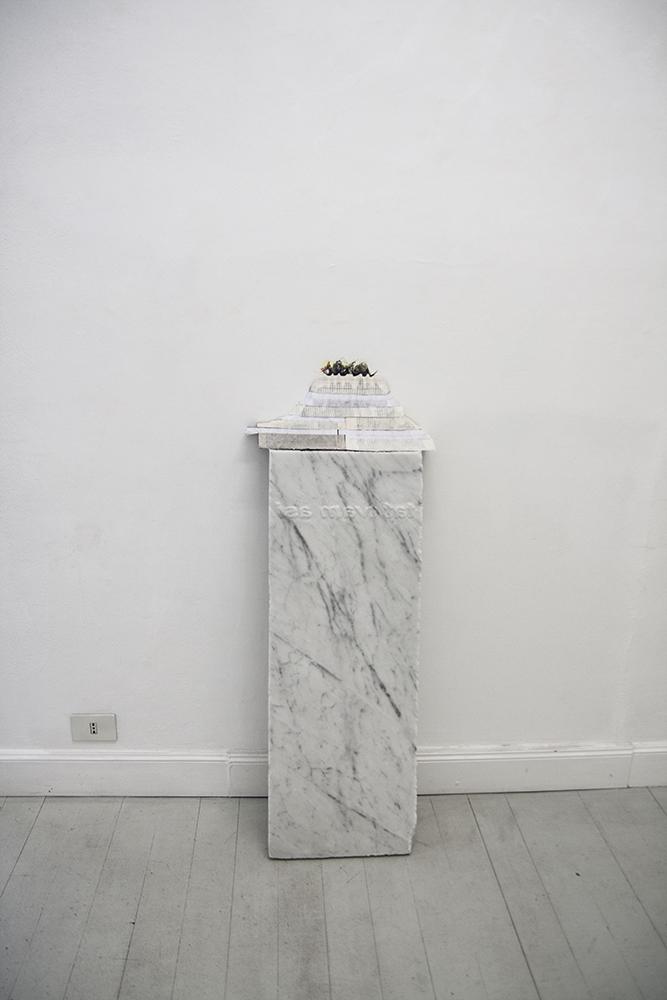 Marco Cordero, Scrivere aria col respiro affannato, 2016, marmo acidato, libri, pastelli, cm 120x44x27